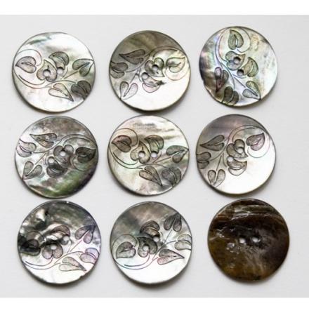 Pärlemorknapp med skira blad, mindre 28 mm, större 34 mm
