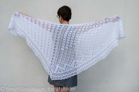Agata, spetsstickad asymmetrisk sjal